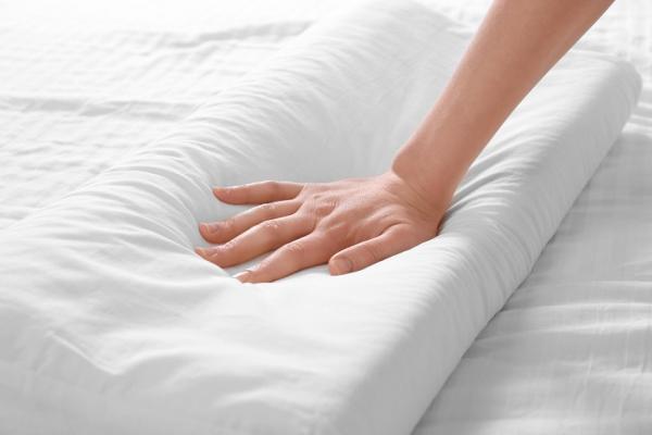 什麼形狀的枕頭最好?睡姿調整與寢具挑選法則,促進一夜好眠