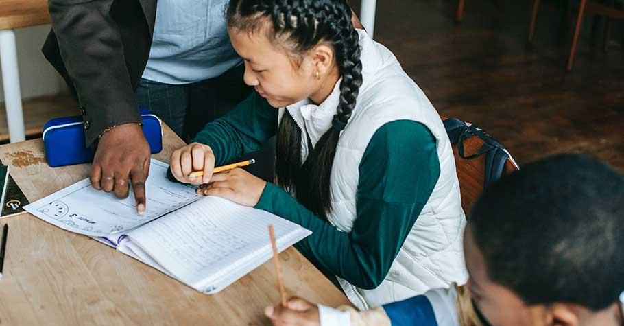 孩子排擠東南亞學生,卻願對歐美學生示好,KK老師:「種族歧視不是與生俱來的, 是被教導的」