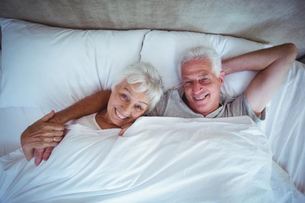 美日熟年新趨勢:不上床,但一起睡的「睡友」