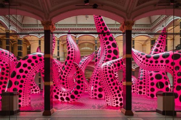 逆境中仍要有愛與趣味!草間彌生大型回顧展,300件作品3D導覽線上看