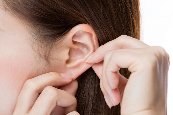 按摩耳朵好處多!睡不好、腳痠或頭痛,該捏耳朵上方、中間還是下面才能舒緩?