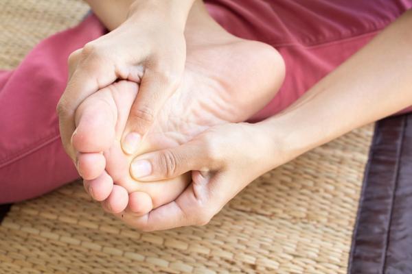 40歲後手腳長痣,可能是惡性黑色素瘤!皮膚科醫師:5原則分辨好痣和兇痣