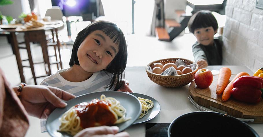 偏食也沒關係》每個人都有不合胃口的食物,與其要求孩子吃乾淨,讓他們感到痛苦,不如讓他們學習享受吃飯