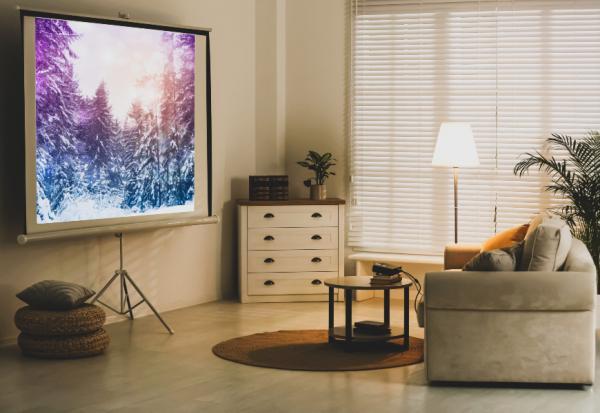 放聲大笑的自由!享受大螢幕還能隔絕噪音,客廳變家庭劇院的微裝修指南