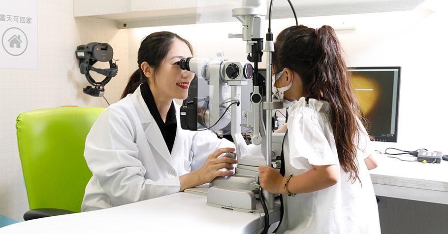 擔心暑假近視度數急增?眼科醫師:別讓孩子小小年紀就有副「老眼睛」,利用「角膜塑型術」把握黃金治療期