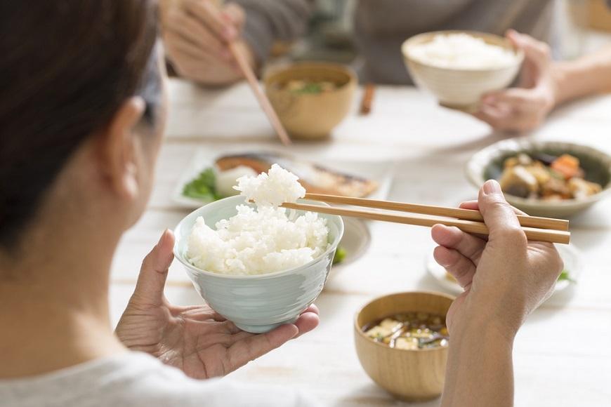 預防失智,吃飯時多嚼幾下!陽明大學研究:延緩腦退化,每日10分鐘健口操