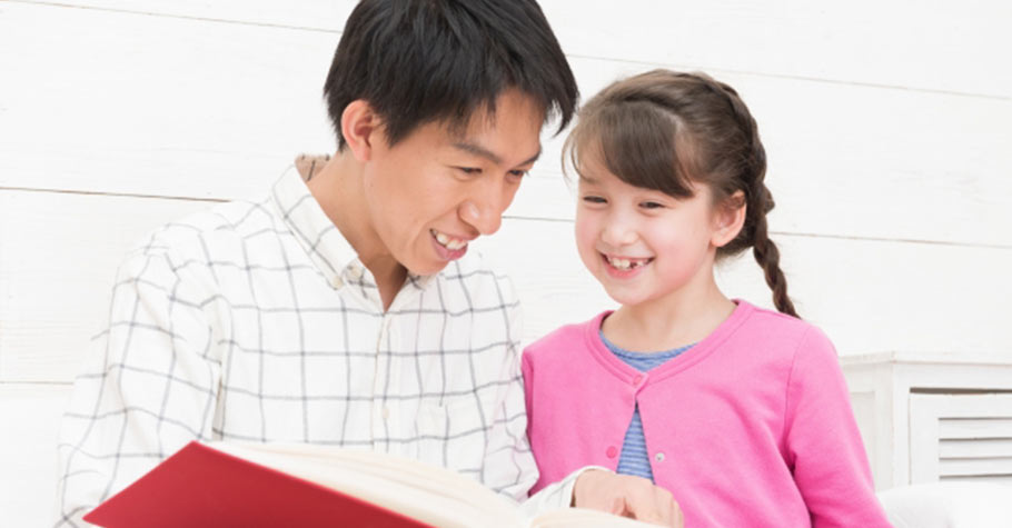 與其抱怨或責備,不如把心思拿來好好陪伴孩子,暫時把疫情造成的煩惱丟一旁,與孩子一起開心的閱讀吧!
