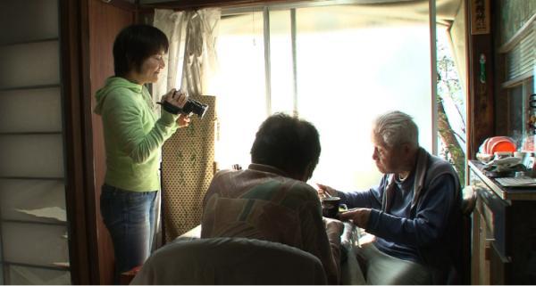 變笨了也要努力活下去:日本失智紀錄片,女兒拍下高齡父母相互扶持的1200天