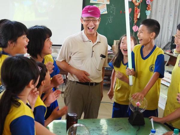 退休教師再上路 用休旅車開創偏鄉新教室