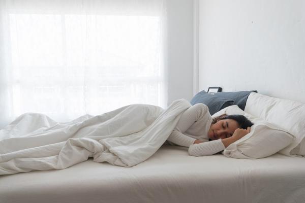 淺眠、睡醒痠痛怎改善?選對寢具睡衣,用「翻身力」提升睡眠品質