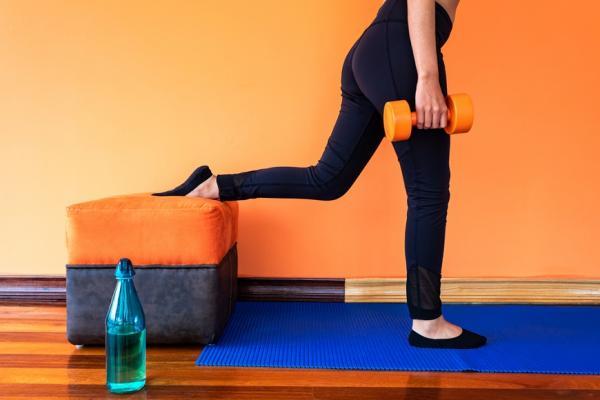 運動但成效有限?防護員推薦:4種在家「對症運動」,改善駝背、膝蓋痛、腿無力