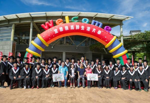 穿上學士服想哭!宜蘭縣高齡生活大學,讓窮當童養媳80歲四姊妹完成大學夢