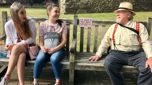 只要說聲「嗨」!英國發起聊天椅運動:和陌生人開聊,老後的你更健康