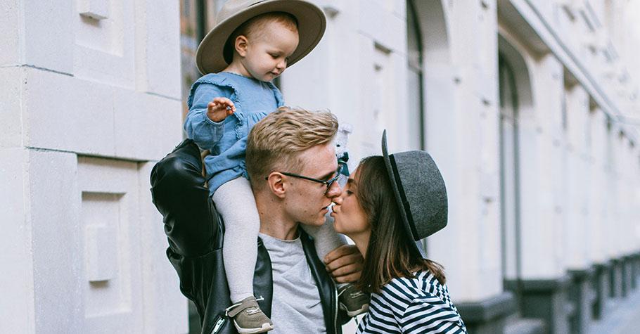 一個健康的家庭,必然是先愛伴侶,後愛孩子的;父母關係和諧,是孩子健康成長過程中最堅實的基礎
