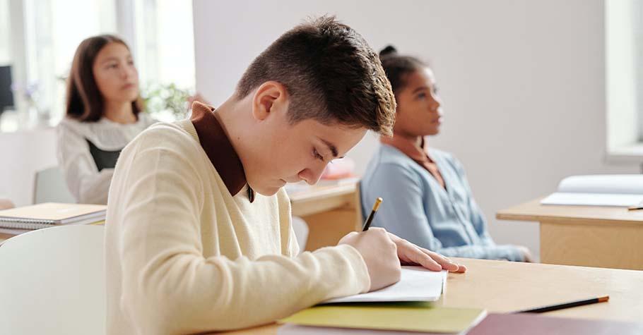 「台上有老師是件幸福的事。」學生感慨:如果我什麼都不學,平白荒廢時間,有一天我還是得要面對未來的自己