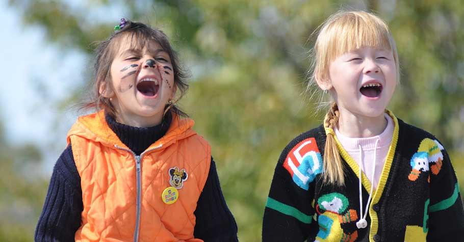 小孩會吸收著父母的情緒長大。要讓孩子學會調節,大人首先要調整好自己的情緒