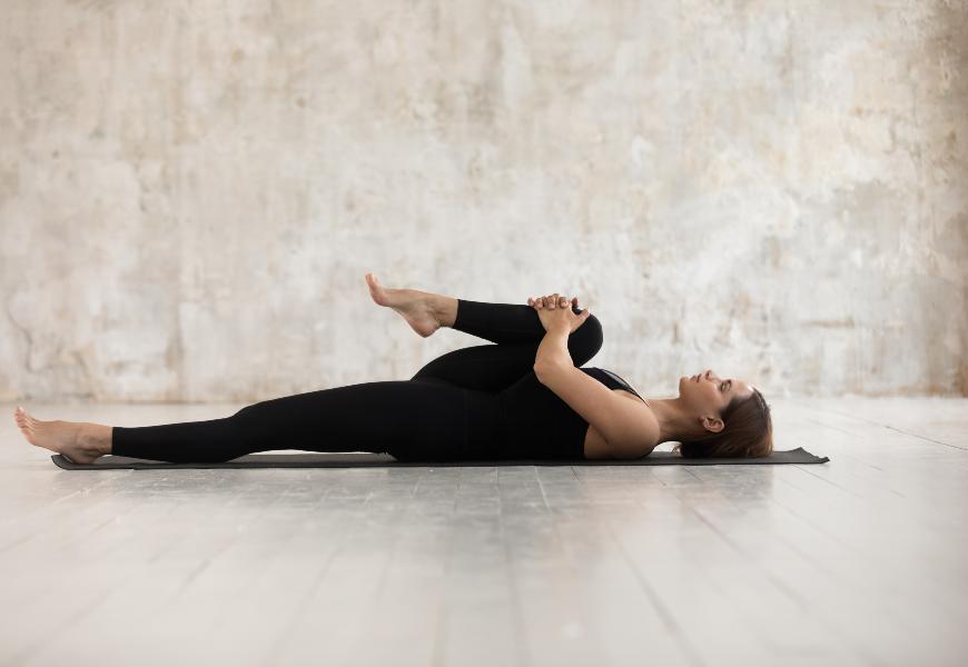 屁股無力易腰痛!每日練臀伸展操,還能預防駝背、調整脊柱線條
