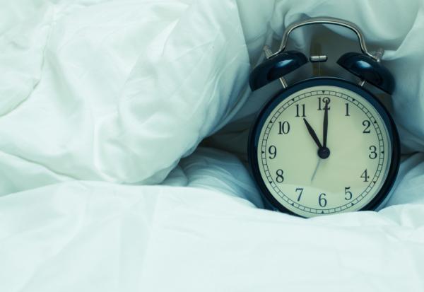 研究:提早1小時睡覺,降低重度憂鬱風險!4動作調整睡眠時型