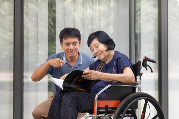 當爸媽年老由兒子照顧,誰最能幫上忙?日本研究:好友不如好鄰居