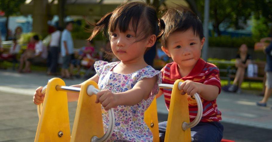 雙胞胎吵起來,誰也不讓誰!「雙寶娘」譚惋瑩如何「溫和而堅定」的處理手足爭吵?