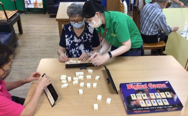 獨立老化需要社會支援!新竹縣推「獨居老人緊急救援通報」,24小時智慧守護