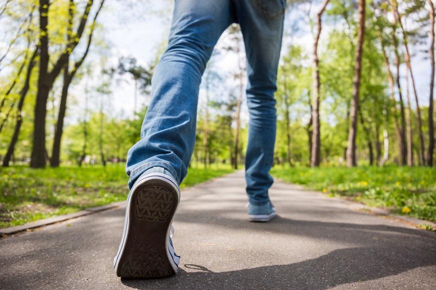 走路可以預防慢性病!醫師:該走多快?比每天1萬步更有效
