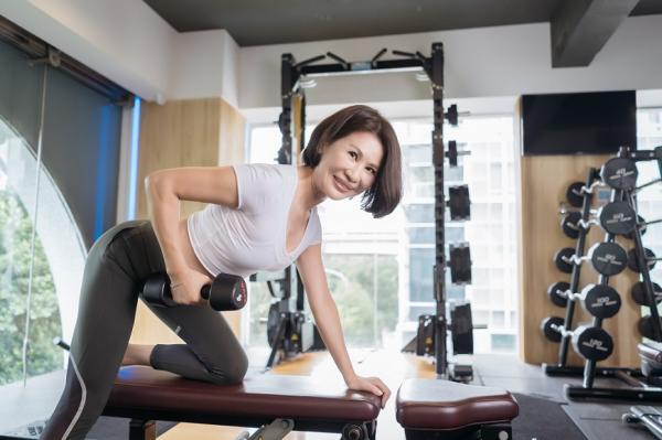 膝蓋曾受傷,58歲仍練出腹肌翹臀!Jenny:運動的爽快與痠痛,代表自己又進步了