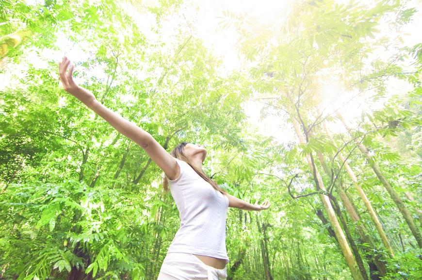 曬對陽光啟動「自癒力」!陽明大學研究:有長者充足光照,好眠多睡2小時