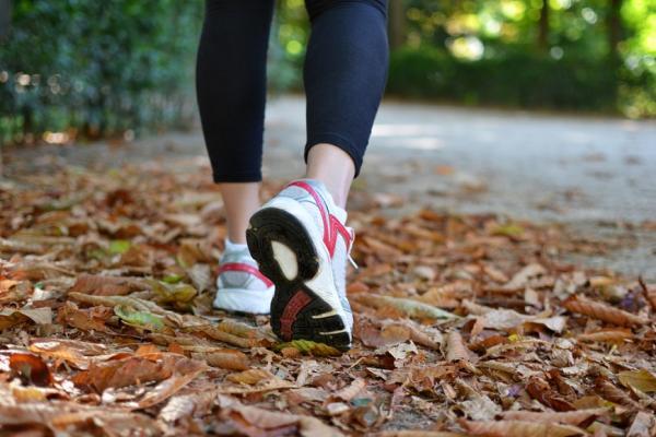 每天快走半小時,降低心臟病中風發生率!6種愉悅走路法,餐後一個小時最棒