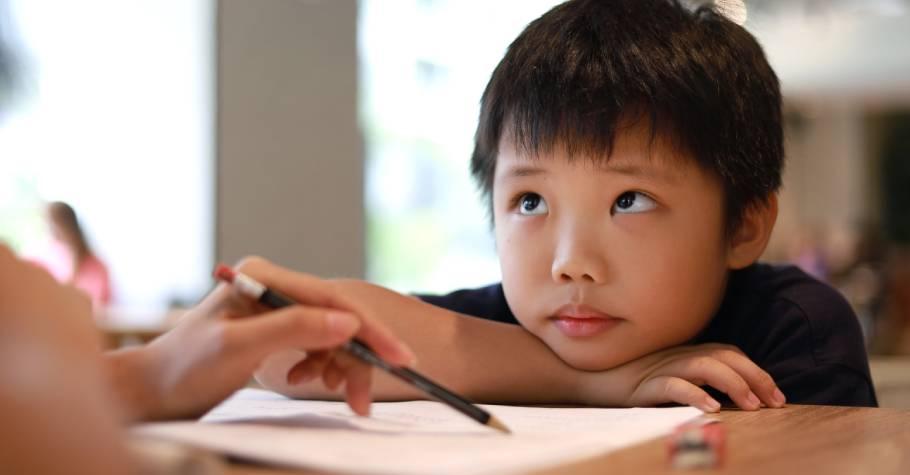 孩子寫功課要人盯才肯寫?家長該放手,但不能放任!4方法養成孩子「認份」的態度,建立學習好習慣