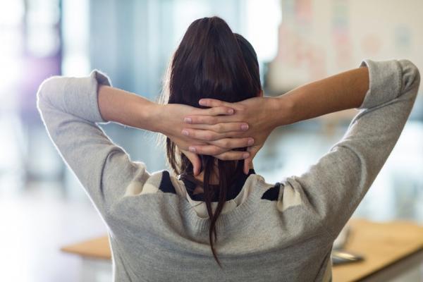 肩頸僵硬是百病之源!醫師:每15分鐘做一次這動作,避免自律神經失調疾病