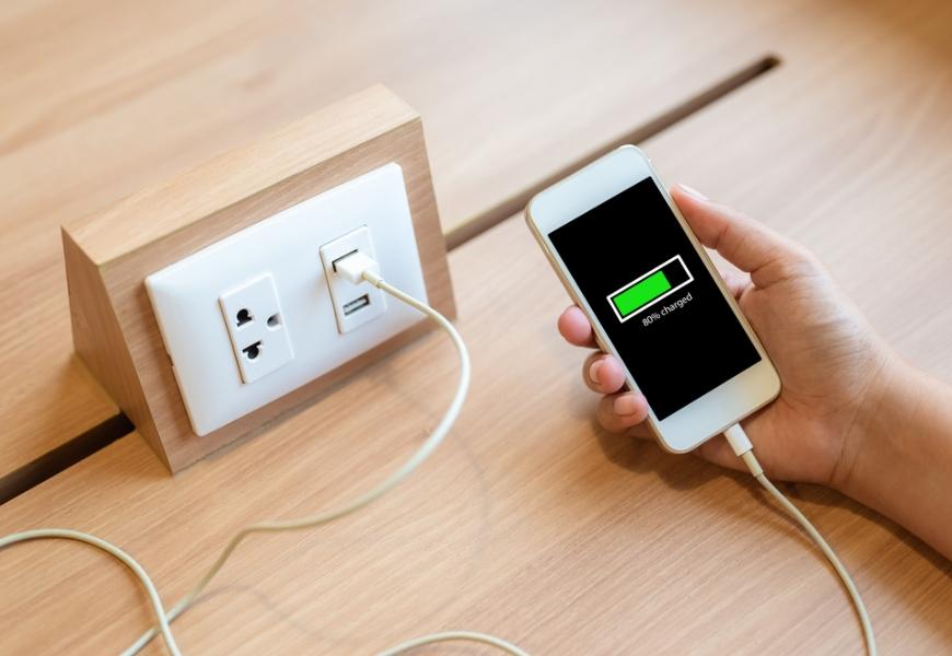 手機充到100%傷電池!6個好習慣,預防手機電池爆炸