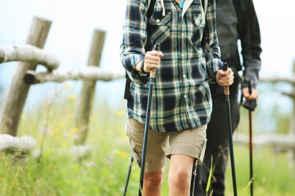 比跑步不傷膝蓋,比走路燃燒更多熱量!歐洲風行的「北歐式健走」
