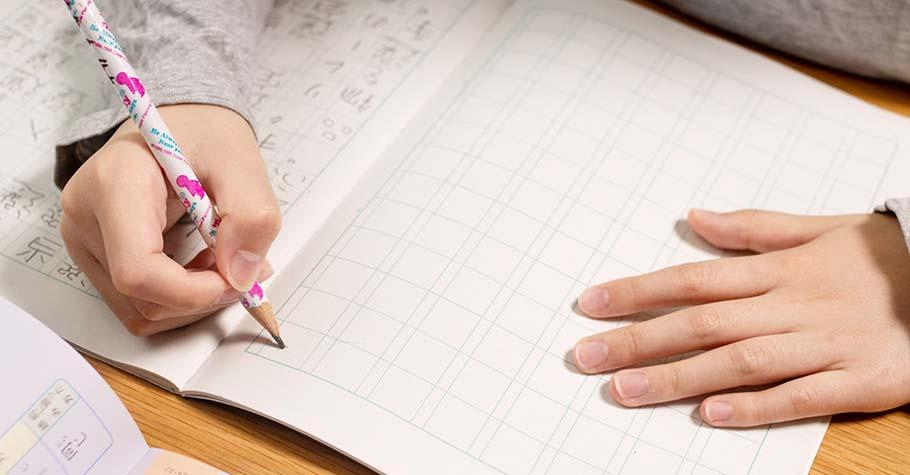 孩子寫作文時,要多稱讚他的文筆創意增加自信,避免執著急著改「錯」字...