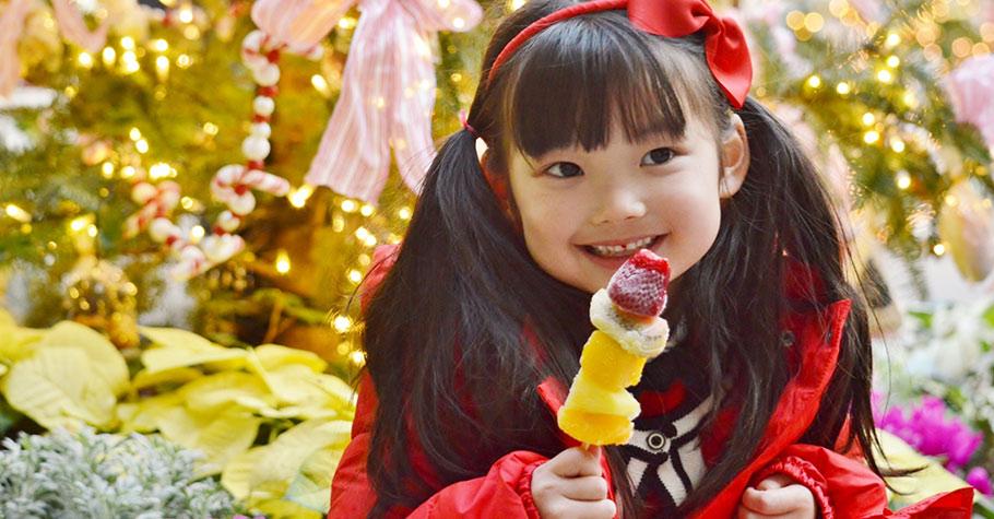 一味的禁止孩子吃甜食可能只是讓他在父母面前「裝乖」,我們都該以身作則吃得健康做孩子的榜樣