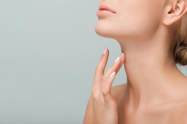 頸紋最易洩漏年齡!中醫:按身體8穴道通氣血,讓頸部變年輕
