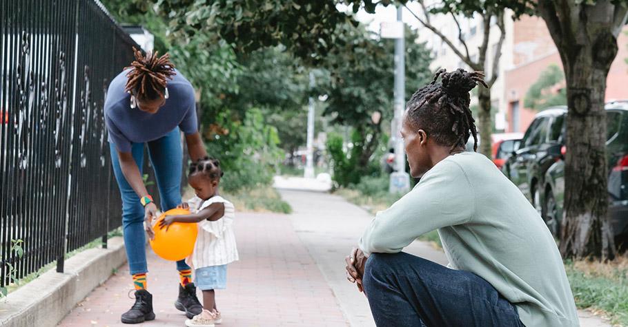 帶孩子到公園玩,見2名男子鬼祟行為,媽媽直覺不對勁,立即帶離孩子後報警,員警回電告知實情令人恐懼驚嚇...