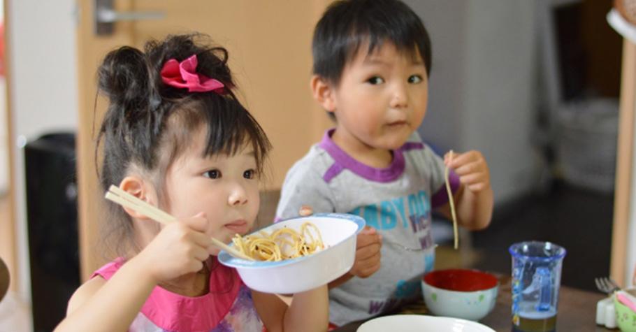 當孩子不專心吃飯時,需要嚴厲斥責孩子嗎?超人氣營養師教妳這麼做,締造美好的親子用餐時光